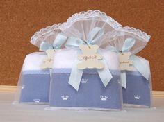 KIT MATERNIDADE URSO com coroinha    - Jeans com coroinhas, listra e pozinho azul claro -    Contendo:  - Quadro Maternidade em bastidor (R$ 234,00)  - Lembrancinhas Toalhinha de Mãos na embalagem de saquinho de renda (R$ 13,00 cada)    Acima de 50 unidades de lembrancinhas nestas mesmas estampas...
