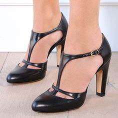 Chie Mihara shoes, sandals, blocs and boots. Buy now original, feminine footwear. Designer shoes of maximum comfort! Fancy Shoes, Cute Shoes, Me Too Shoes, Shoe Boots, Shoes Heels, T Strap Shoes, Giuseppe Zanotti Heels, Fashion Heels, Dream Shoes