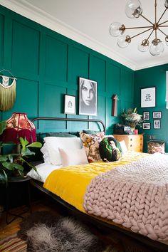 Quarto com parede verde e roupa de cama rosa com pops de amarelo – For the home – Wall Panel Home Decor Bedroom, Yellow Bedroom, Feature Wall Bedroom, Bedroom Color Schemes, Bedroom Colors, Bedroom Green, Bedroom Interior, Bedroom Inspirations, Green Bedroom Walls