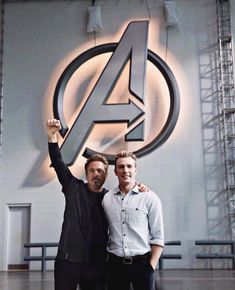 Chris Evans and RDJ on the set of Avengers 4 - Marvel Universe Captain Marvel, Marvel Avengers, Marvel Comics, Hero Marvel, Marvel E Dc, Avengers Cast, Marvel Actors, Marvel Memes, Stony Avengers