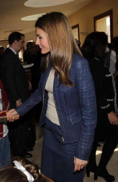 http://www.fashionassistance.net/2013/02/dna-letizia-en-el-ii-encuentro-de.htmlFashion Assistance: Dña. Letizia en el II Encuentro de Enfermedades Raras, sorprende con traje de chaqueta de cuero azul