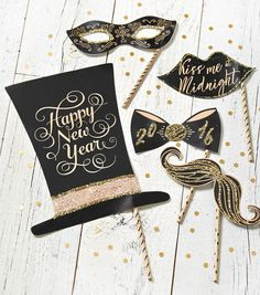 Want a little something extra to remember your New Years party? Grab these FREE New Years Eve Photo Prop Printables! | Photo booth Props Free
