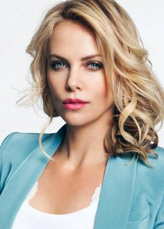 Charlize Theron beauty style to copy. Blonde with pink lips. This light blue makeup is so summer friendly! Beautiful Eyes, Most Beautiful Women, Beautiful People, Simply Beautiful, Beautiful Celebrities, Beautiful Actresses, Actrices Blondes, Hair Blond, Actrices Sexy