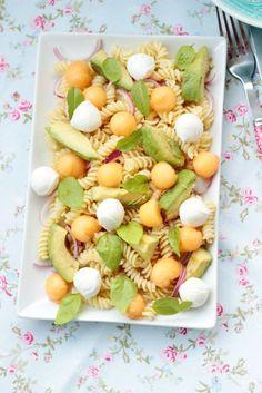Fruchtiger Sommersalat für die nächste Grillparty. Nudelsalat mit Melone,Avocado und Mozzarella.