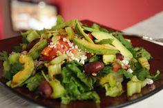 Dieta antyrakowa czyli zdrowa i pyszna sałatka z awokado i pomidorami. Jakie owoce zapobiegają nowotworom? Sprawdź przepis na dietę antynowotworową!