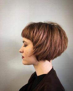 """It can not be repeated enough, bob is one of the most versatile looks ever. We wear with style the French """"bob"""", a classic that gives your appearance a little je-ne-sais-quoi. Here is """"bob"""" Despite its unpretentious… Continue Reading → Choppy Bob Hairstyles, Short Bob Haircuts, Haircuts With Bangs, Stacked Bob Haircuts, Simple Hairstyles, Bobbed Hairstyles With Fringe, Haircut Bob, Latest Hairstyles, Pretty Hairstyles"""