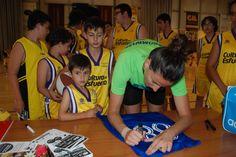 Els nostres van demanar firmes i fotos a Maria Pina 59