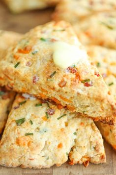 Brunch idea Ham and Cheese Scones - Easy peasy ham and cheddar scones perfect for any time of day - perfect as breakfast, snack-time, appetizer or with a bowl of soup! Cheese Scones, Savory Scones, Savory Muffins, Brunch Recipes, Breakfast Recipes, Scone Recipes, Cheese Recipes, Easter Recipes, Breakfast Scones