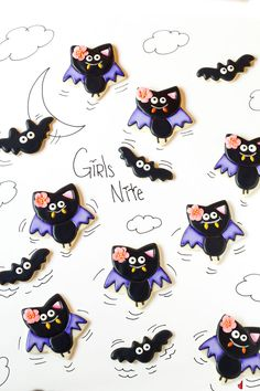 halloween cookies decorated These cute bat cookies are star shaped sugar cookies decorated with royal icing. Add an edible flower to make girls bats or leave it off for boy bats. Halloween Cookie Recipes, Halloween Cookies Decorated, Halloween Sugar Cookies, Decorated Cookies, Cookies Im Glas, Ghost Cookies, Cute Cookies, Thanksgiving Cookies, Christmas Cookies