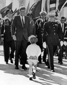 November 1963 John Jr with his father at Arlington. 2 weeks to the day, JFK would be buried there. November 1963 John Jr with his father at Arlington. 2 weeks to the day, JFK would Estilo Jackie Kennedy, Les Kennedy, John Kennedy Jr, Jfk Jr, Carolyn Bessette Kennedy, Jacqueline Kennedy Onassis, Caroline Kennedy, Greatest Presidents, American Presidents