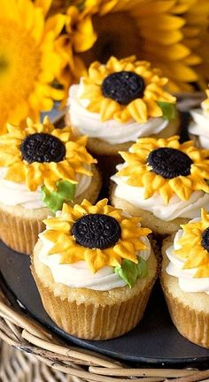 Sunflower cupcakesThese cheerful sunflower cupcakes just make me smile! Especially because the cupcakes are lemon flavor – yum. The homemade cupcakes are Cupcake Recipes, Cupcake Cakes, Dessert Recipes, Fun Recipes, Dessert Food, Food Cakes, Sunflower Cupcakes, Sunflower Cake Ideas, Sunflower Party