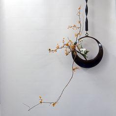 つるうめもどき真の生花正風体、月の花器に