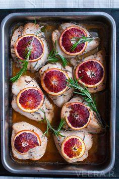 Helppo appelsiinikana laitetaan marinoitumaan edellisenä iltana tai aamulla ennen töihin lähtöä. Illalla kanat nostetaan marinadista uuniin ja puolen tunnin päästä ateria onkin jo valmis.