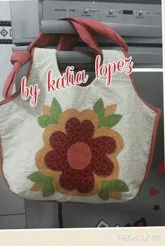 Bolsa de tecido com aplicação de flor