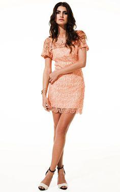 ac32be325a177 Lookbook Raizz Primavera-Verão 14 - Vestido de renda guipir tangerina, com  decote oval nas costas e detalhes bordados em pérola