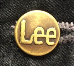 Logo de un fabricante de ropa en el botón de una chamarra  Logo of a clothing company on the button of a jacket.