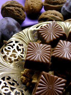 Csokoládé Reformer: Főzött diókrémes szilvalekváros bonbon tejcsokoládé burokban Homemade Chocolate, Cookie Recipes, Fondant, Food And Drink, Candy, Cookies, Blog, Recipes For Biscuits, Crack Crackers