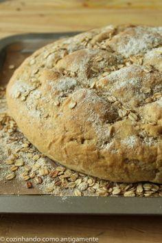 Pão de aveia quentinho saindo do forno, com flocos de aveia torradinhos e perfumados. O ritual de preparar o seu próprio pão é algo único.