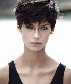 The pixie cut is the new trendy haircut! Put on the front of the stage thanks to Pixie Geldof (hence the name of this cup!), Many are now women who wear this short haircut. Pixie Bangs, Short Pixie Haircuts, Pixie Hairstyles, Elegant Hairstyles, Short Dark Hair, Very Short Hair, Short Hair Cuts, Thick Hair, Androgynous Hair