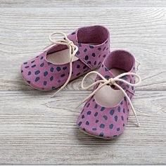 Designed for us by Dusen Dusen & Zuzii, these uniquely stylish purple baby booties are crafted from Italian suede & feature bright, eye-catching patterns. Cute Babies, Baby Kids, Baby Shoe Sizes, Purple Baby, Baby Store, Childrens Shoes, Baby Girl Fashion, Baby Booties, My Baby Girl