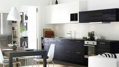 Practicality, comfort and warmth are the main ingredients of this kitchen from IKEA. Ikea New Kitchen, Black Ikea Kitchen, Kitchen Modular, Ikea Kitchen Design, Brown Kitchens, Home Kitchens, Ikea Kitchens, Ikea Cabinets, Kitchen Cabinets