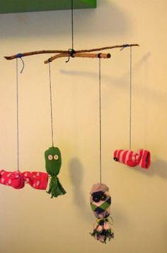 DIY manualitat infantil per decorar l'haboitació dels nens i nenes petits: mòbil peixos i pops fet amb mitjons vells.