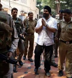 Jagtar Singh Hawara again chained by Delhi police during court appearance - http://sikhsiyasat.net/2015/01/31/jagtar-singh-hawara-again-chained-by-delhi-police-during-court-appearance/