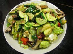 Abend vor dem Fernseher gabs dann noch eine mega Portion Salat bei Frau Schulz. Auf ihrem Tellerchen findet sich alles, was einen mega Salat ausmacht:  Zucchini, Pilze, Avocado, Oliven und Tofu-Feta-Zeugs