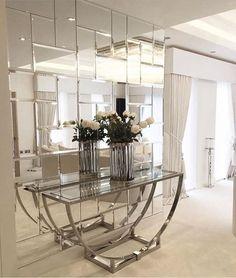 Hall de entrada lindo com mosaico de espelhos e um belíssimo aparador! @_decor4home Love It Autor não localizado #interior #interiordesign #arquitetura #architecture #designforinspo #inspiration #apartment #interiordesign #homedesign #instahome #instadeco