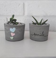 Cement Flower Pots, Diy Concrete Planters, Cement Pots, Diy Planters, Painted Plant Pots, Painted Flower Pots, Decorated Flower Pots, Concrete Crafts, Bottle Crafts