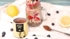 Nix da trockene Haferflocken! Ob für Morgenmuffel oder Early Birds, Oatmeal gibt Power, macht lange satt und ist gut verträglich – und bei den unendlich vielen Kombinationsmöglichkeiten ist Langeweile am Frühstückstisch quasi unmöglich. Wir zeigen Dir, wie Du zu Deinem Frühstücks-Glück kommst. Das brauchst du: – 1EL Just Spices Oatmeal Spice – 3EL blütenzarte Haferflocken – 1EL Milch – 1 EL Quark – 1TL Honig Wie wird Oatmeal zubereitet? 1.Schnapp Dir ein passendes Glas bzw. Gefäß für die…