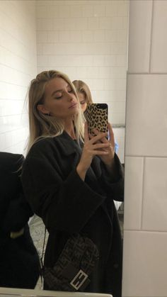 How to take the perfect mirror selfie. Winter coat outfit and leopard print phone cover. Beauté Blonde, Brown Blonde Hair, Blonde Model, Looks Style, Looks Cool, Hair Inspo, Hair Inspiration, Pretty People, Beautiful People