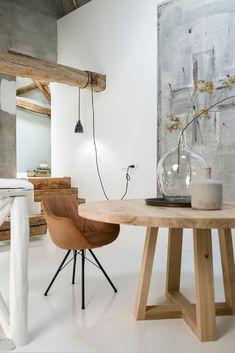 Unieke tafels op maat gemaakt | Table du Sud | Landelijk interieur Dining Chairs, Dining Table, Handmade Furniture, Flower Decorations, Boho Decor, Planer, Flooring, Living Room, Inspiration