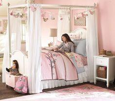 cama de dosel blanca en el dormitorio infantil