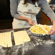 Video Rezept von Cynthia Barcomi. So gelingt der perfekte Apple Pie. Gitterkruste und Cynthias Geheimrezept für deinen Mürbeteig inklusive!