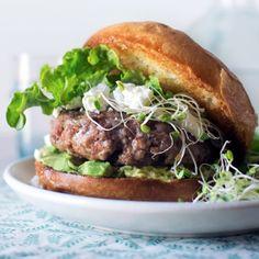 Kalfsgehakt is de magerste gehaktsoort en heeft een unieke zachte smaak. De combinatie met de zachte geitenkaas en avocado zorgt voor een onweerstaanbare burger.