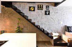 """79 curtidas, 2 comentários - Carla Cuono Arquitetura (@carla_cuono_arquitetura) no Instagram: """"Parede com movimento e diversão ;) ⬆️⬅️➡️⬇️⤵️↕️↔️↩️ Loft II_Itaim  Obra @grupoline  Fotos…"""""""