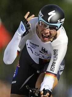 Nach Überqueren der Ziellinie jubelt Tony Martin über seinen Sieg und zeigt mit den Fingern die zwei an. Der Deutsche Radsportler hat sich im Einzelzeitfahren bei der Weltmeisterschaft zum zweiten Mal den Titel gesichert.  Bei seinem Husarenritt über 46,3 Kilometer von Heerlen nach Valkenburg in den Niederlanden überholte Martin sogar noch den zwei Minuten vor ihm gestarteten und überschätzten Alberto Contador, und fuhr nach 58:38,76 Minuten ins Ziel. (Foto: Marius Becker/dpa).