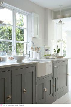 Little Greene keukenverf - Een lik verf is vaak genoeg om de keuken een nieuwe uitstraling te geven. Voor een veel gebruikte ruimte als de keuken, is het toepassen van een goede verf van groot belang. De watergedragen 'intelligente' verven van Little Greene zijn uiterst sterk, duurzaam en kennen een prachtige kleurdiepte.