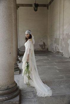 Vestido de novia con bordados artesanales hechos con encaje y cauda larga - Foto Alberta Ferretti