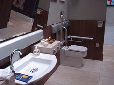 Banheiro para deficientes, sempre um cômodo muito especial. Pensado pela arquiteta Carolina Danielian, o banheiro tem piso antiderrapante, de mármore travertino romano, em todo ambiente. A bacia e pia estão localizadas de forma a facilitar a locomoção, inclusive da cadeira de rodas.