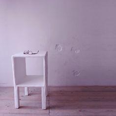 """""""Una notte ho sognato che tutto attorno a me si pietrificava. Ho elaborato questo sogno facendo dei mobili con la struttura in legno di recupero e ricoprendoli con una miscela, da me inventata, fatta di resina e polvere di pietra, proveniente dagli scarti di lavorazione delle cave presenti nel territorio dove vivo"""" . Così Pino Giacovelli, in arte Incredix, ci ha raccontato com'è nato ComoPino: Comodino, tavolino, mini libreria in legno, miscela di resina e polvere di pietra. Su Lovli.it"""