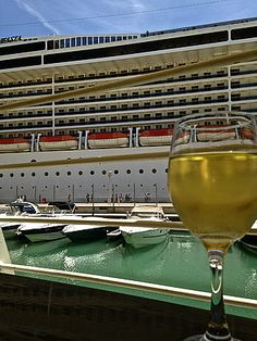 """Die Hard Rock Bar liegt direkt an der Valletta Waterfront, der alten Pier der Malteserritter, die kürzlich einer Totalrestauration unterzogen wurde. Heute ankern hier Kreuzschiffe aus aller Welt: """"Go Hard Rock Bar Valletta and feel and hear the american way of life at the mediterranean sea"""", empfiehlt Ihnen Reiseexpertin Katti Mieth. """"Denn hier finden immer wieder auch Live-Konzerte statt."""""""