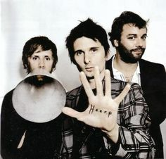 Muse - Matthew Bellamy (chant, guitare, piano), Christopher Wolstenholme (guitare basse, chœur) & Dominic Howard (batterie, percussions).