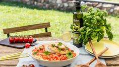 Špagety s paradajkovou omáčkou a šťavnatými kuracími prsiami Thai Red Curry, Pizza, Chicken, Meat, Ethnic Recipes, Food, Essen, Meals, Yemek