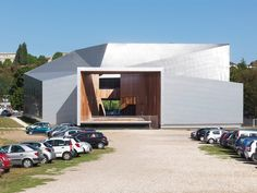 Cette SMAC – scène de musiques actuelles – comprend deux salles de concert aux caractères très différents reliées par un espace public qui traverse le bâtiment de part en part : le deck. Elle est conçue dans l'idée que chacun peut fabriquer sa propre soirée en passant d'un lieu à l'autre au lieu d'être un simple consommateur de spectacle, ce qui exige un dispositif spatial singulier. Pour résister et exister face à l'immense espace de l'esplanade du Bel Ébat dans un angle duquel la SMAC...