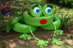 Repurposed Tire Frog, cook idea for a nice garden for kids Recycled Garden Art, Garden Crafts, Recycled Crafts, Handmade Crafts, Diy Art Projects, Garden Projects, Art Crafts, Recycling Projects, School Projects