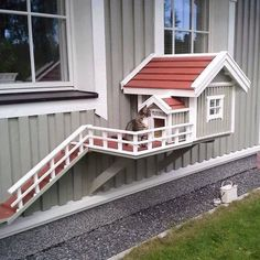 Outdoor house for cats, very smart!