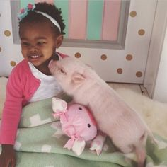 The Precious Bond Between 2-Year-Old Libby And Her Pet Pig Named Pearl