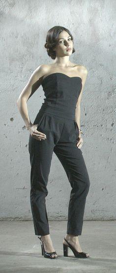 Klasyczne czarne peep toe idealnie uzupełniają elegancki kombinezon